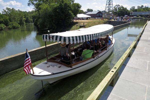 Launch boat on aqueduct.