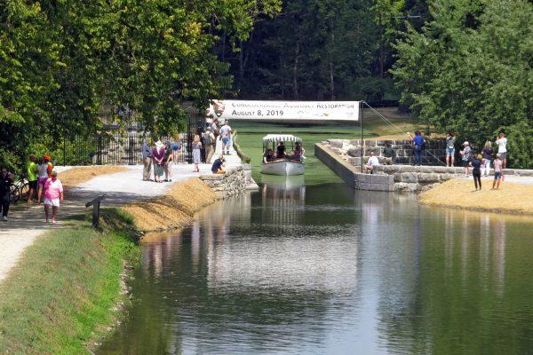 Launch boat on aqueduct